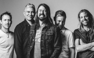 foofightersblackandwhite-696×423