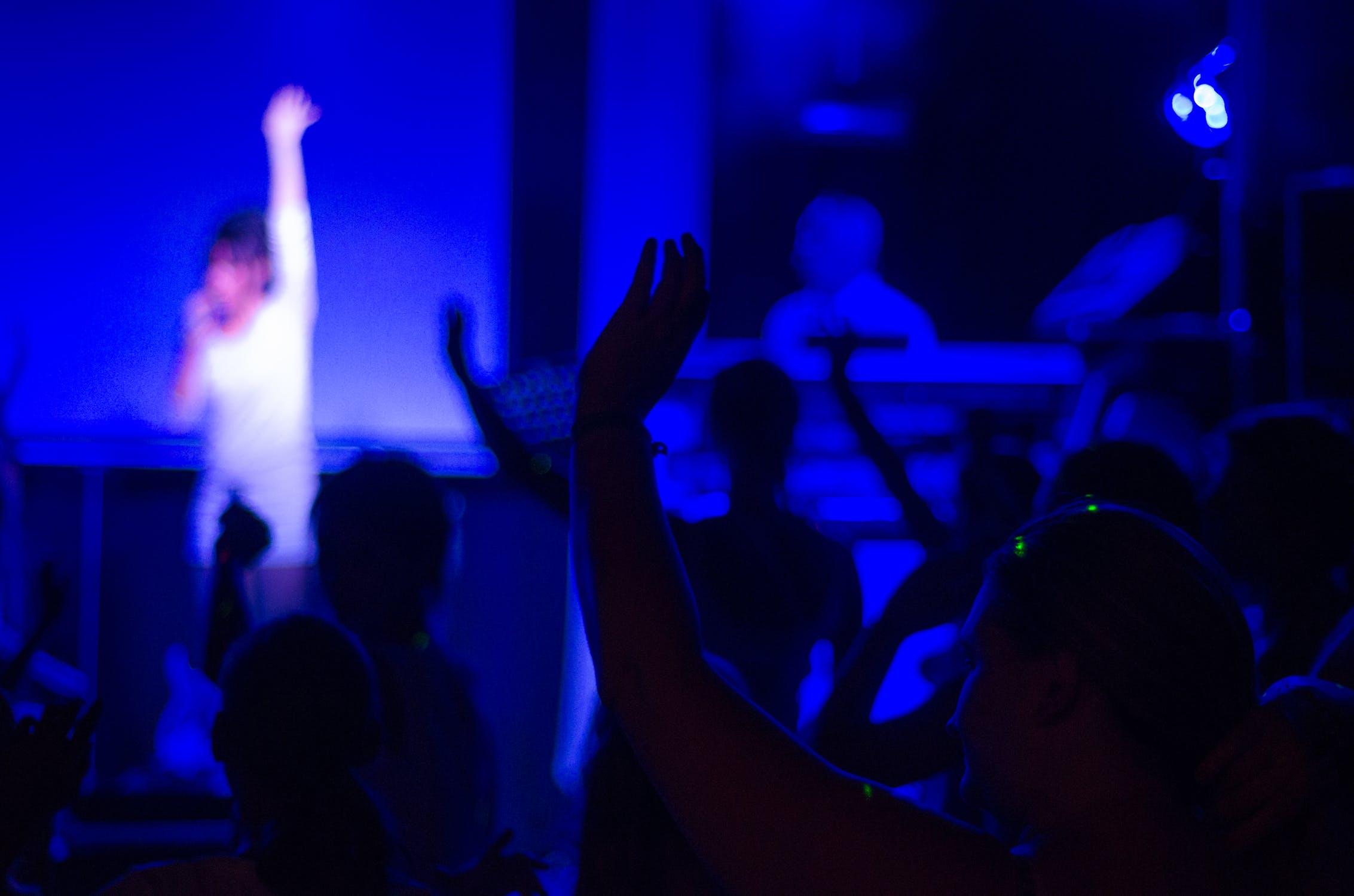 concert-cheering-people-guitar-597056